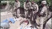Войници пикаят върхи трупове на талибани