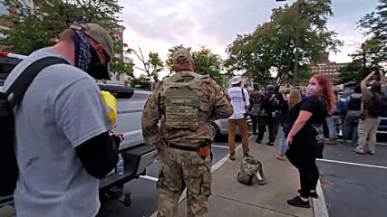 USA: BLM protesters face off armed militia members in Louisville