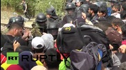 Greece: Police clash with refugees at Macedonian-Greek border
