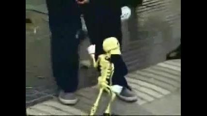 Скелет пее gangnam style български 2013
