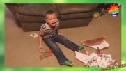 Как реагират деца на фалшиви коледни подаръци - Много смях