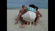 130 Килограмова Жена Ухажва Двама Мъже На Плажа