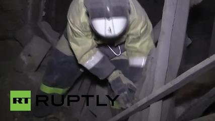 Огнеборци разчистват пораженията от снаряд в Донецк, убил един човек