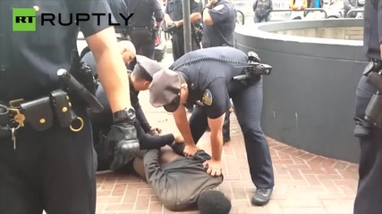 14 полицая задържаха бездомен сакат мъж за ексхибиционизъм
