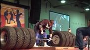 Човек вдига 1117 килограма штанга от гуми
