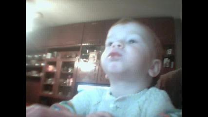бебе лъчко яде бонбон