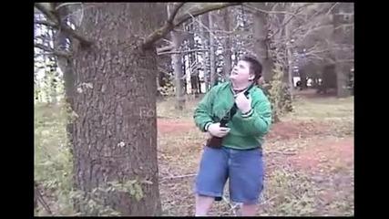 Дебелак срещу дърво много смях... ! D