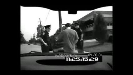 Мъж Напикава Полицай,докато го арестуват хахаха