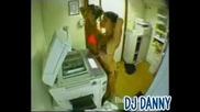Две тъпи жени използват копирната машина за да хванат тен !