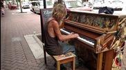 Бездомник радва минувачите с изпълнението си на пиано