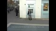 Дама шамаросва мъже пред банкомат. Смях!