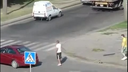 Това заслужава да се види,пиян мъж е повален с един удар!