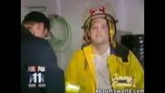 Пожарникар Се Напушва От Горяща Къща С Трева