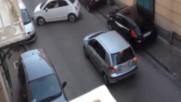 Чудо! – Не-човешки шофьорски умения в Неапол! Огромно задръстване заради 1 идиот!