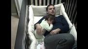 Баща преспива своята дъщеря
