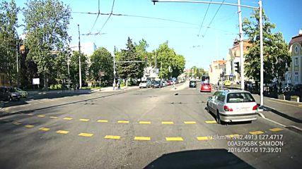 Фолцваген А 4413 Кс и Пежо А 4954 Кн минават на Червен светофар в Бургас