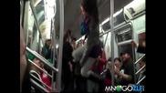 Мацка показва яки трикове в метрото