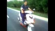 Каране на Скутер Без Ръце