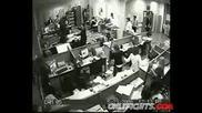 Човек В Офис Пощурява,Пребива 2ма и хвърля монитор по главата на жена