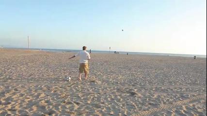 Дейвид Бекъм показва завидни умения на плажа