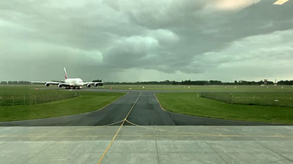 Мълния падна на метри от пътнически самолет в Нова Зеландия