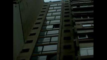 Хвърляне на касетофон от 10 - тия етаж.