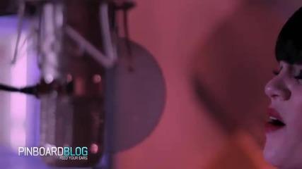 Jessie J plays acoustic gigs