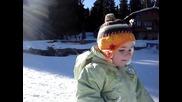 Дете ходи по снега