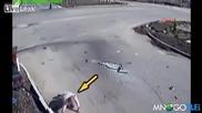 Мъж изпада от кола при удар