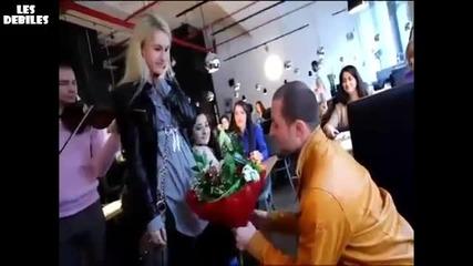 Блондинка отказва предложение за брак