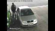 Невероятно!!!Гума на камион блъска човек !