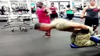 Американски Войник Влезе В Спортна Зала