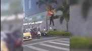 Уличен артист прави страхотно шоу на шофьорите, докато чакат на кръстовище