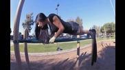 Момичета тренират на лостове