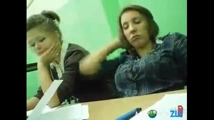 на момичето и се спи та две не вижда