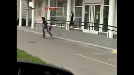 Жена си спасява чантата от крадец !