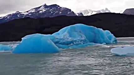 Потъване на огромни късове лед!