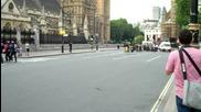 Точно пред парламента ли трябваше Mark Webber да си сменя гумите ?!?
