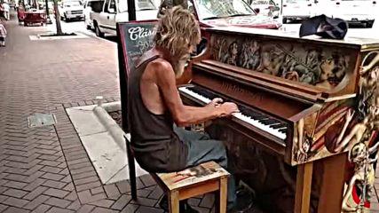 Бездомник свири на пиано.