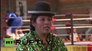 Боливийски кеч - мома размята клоун