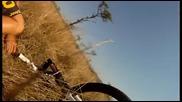 Антилопа гну блъска колоездач на сафари в африка