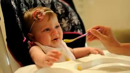 Смях! Бебе яде грах и му се гади