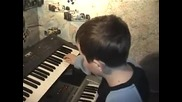 Dete s neveroqten talant sviri na sintezator