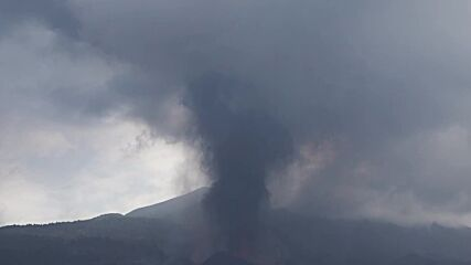 Spain: Pillar of ash and smoke rises from La Palma volcano as eruptions continue