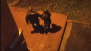 Пияни мъж и жена се прибират след тежка нощ