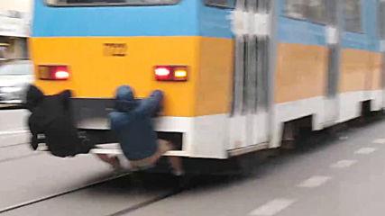 Опасно возене на деца на трамвай