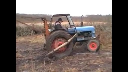 Как се вади трактор от дълбока кал