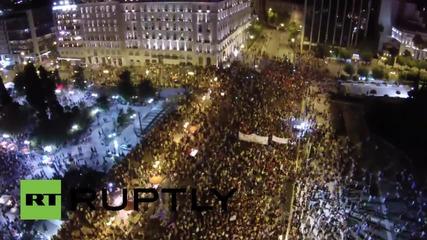 Дрон заснема как хиляди празнуват в Атина след