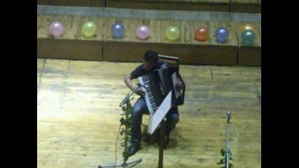 Сами свири на акордеон