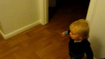 Малко момченце куфее на Swedish House Mafia